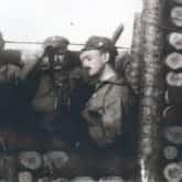 Andrzej Hałaciński i Józef Piłsudski w okopie pod Kostiuchnówką, 1916. Fot. Muzeum Katyńskie. Źródło: IPN
