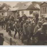 Pocztówka - I Brygada J. Piłsudskiego, wkroczenie piechoty do Kowla (1916-1918). Źródło: Polona