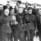 """Oddział 'Hubala"""" w Gałkach Krzczonowskich (zima 1940). Druga od prawej łączniczka oddziału Maria Cell ps. """"Tereska""""."""