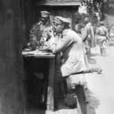 Józef Piłsudski podczas narady. Źródło: Narodowe Archiwum Cyfrowe