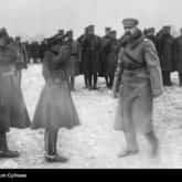 Marszałek Józef Piłsudski wizytuje oddział piechoty. Źródło: Narodowe Archiwum Cyfrowe