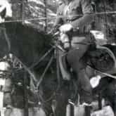 """Plutonowy Józef Lewandowski ps. """"Lech"""" - dowódca plutonu piechoty w oddziale """"Hubala"""" (Gałki Krzczonowskie, marzec 1940 r.). Źródło: Wikipedia."""