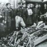 """Pogrzeb żołnierzy z oddziału """"Zapory"""" w 1946. Źródło: Wikipedia za IPN"""