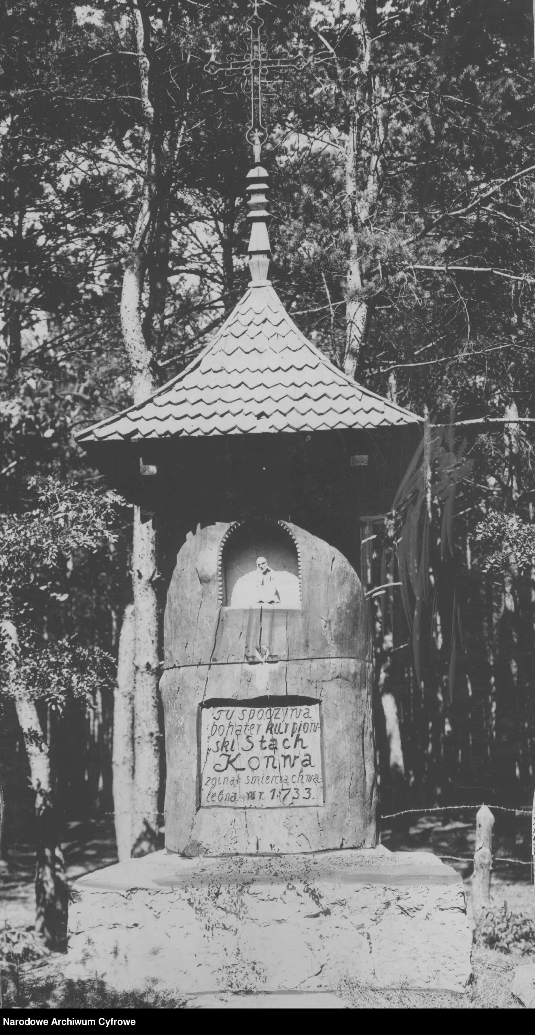 Nieistniejący już dziś pomnik Stacha Konwy w Jednaczewie. Ze zbiorów NAC
