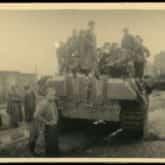 """Niemiecki czołg """"Pantera"""" zdobyty przez oddział zgrupowania """"Radosław"""" w okolicach Okopowej na Woli (1944). Źródło Polona"""