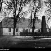 Oficyna dworu w Żelazowej Woli, w której urodził się Fryderyk Chopin. Źródło: Narodowe Archiwum Cyfrowe
